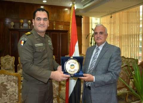 بالصور| رئيس جامعة طنطا يكرم نائب مدير التربية العسكرية