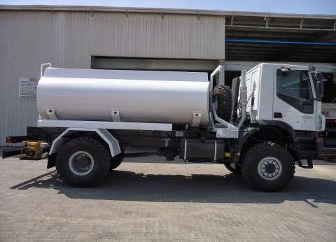 «حسام» سائق عربة مياه: نمشى 5 كيلومترات يومياً أثناء رش الممر