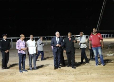 """يفتتح 25 أبريل.. محافظ جنوب سيناء يتابع تطوير """"مضمار الهجن"""" ليلا"""