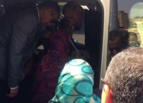 حاول الحرس منعها.. رئيس الوزراء يستقبل سيدة في أتوبيس يقله خلال جولته