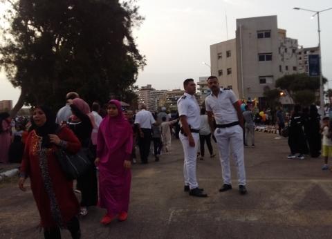 رجال الجيش والشرطة يؤمِّنون المصلين في عيد الفطر ببورسعيد