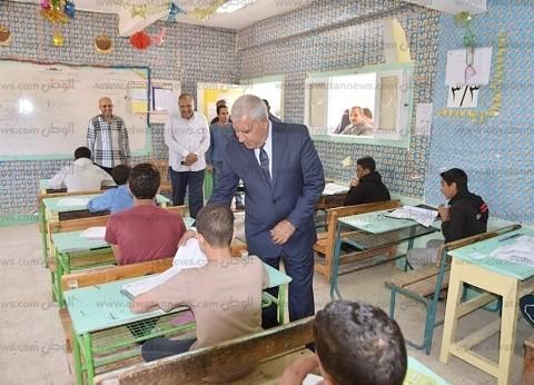 محافظ مطروح يتفقد لجان امتحانات الشهادة الإعدادية بمدرسة وادي ماجد
