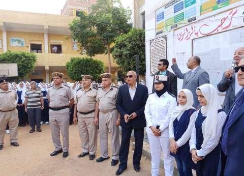 """أول يوم دراسة: مسئولو """"التربية والتعليم"""" في الفصول.. ورجال الشرطة يرافقون أبناء الشهداء"""