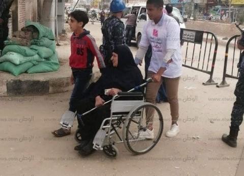 بكراسي متحركة.. مستشفيات جامعة كفر الشيخ تنقل المرضى للجان الاستفتاء