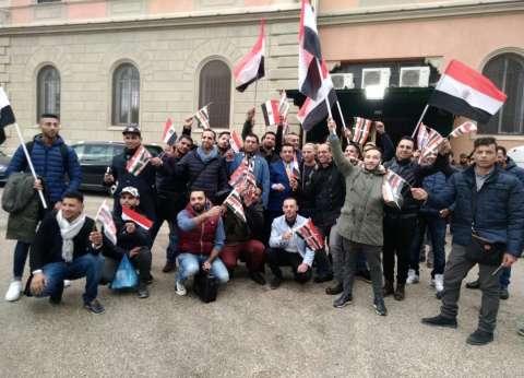 بالصور| المصريون يحتشدون أمام السفارة بروما للتصويت في الانتخابات