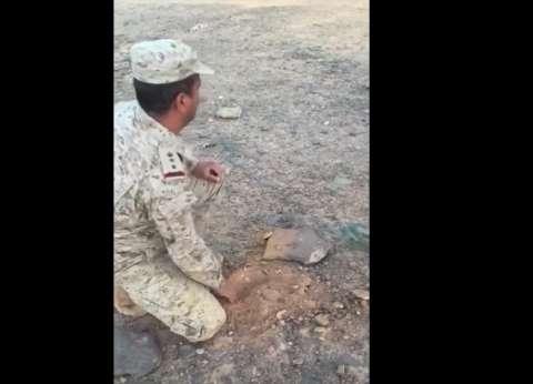 بالفيديو| عسكري سعودي يبطل مفعول ألغام سعودية