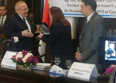 رئيس جامعة القاهرة يهدي مسؤولة بالأمم المتحدة مجموعة من مؤلفاته
