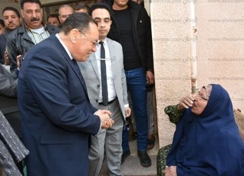 محافظ الشرقية يجري حوارا مع مسنة أثناء مشاركتها في الاستفتاء