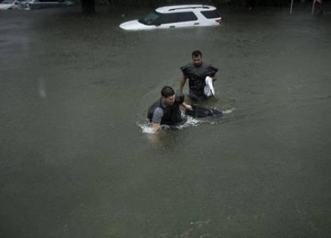 """الإعصار """"هارفي"""" يعزل مدينة """"هيوستن"""" لارتفاع منسوب مياه الأمطار"""