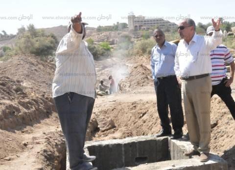 محافظ أسوان يتفقد أعمال تركيب خط الصرف الصحي أمام المستشفى العسكري