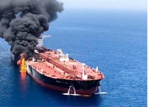 بعد تعرض سفينتهم لهجوم في خليج عمان.. طاقم ناقلة النفط يصل دبي