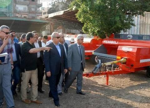 بالصور| وزير البيئة يتفقد معدات كبس قش الأرز بديرب نجم في الشرقية