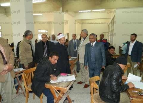 بالصور| نائب رئيس جامعة الأزهر يتفقد امتحانات الفصل الأول في أسيوط