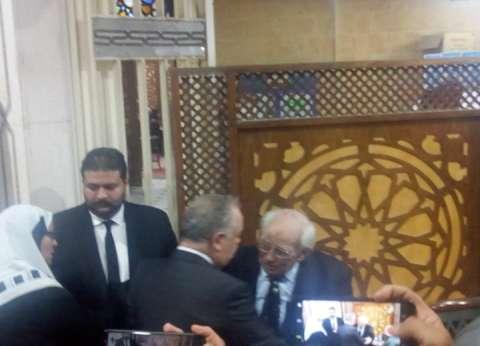 أسامة كمال وأحمد عبد العزيز وهادي الجيار في عزاء زوجة رشوان توفيق