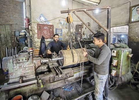 ورشة خراطة تقاوم ندرة العمالة بشيوخ المهنة: شغالين لآخر نَفَس