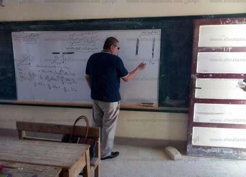 """وكيل """"تعليم مطروح"""" يشرح درس رياضيات لطالبات مدرسة الضبعة الإعدادية"""