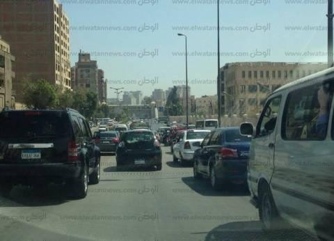 كثافات مرورية على الأوتوستيراد بعد تصادم سيارة نقل وميني باص