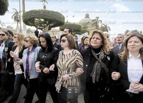 يسرا وإلهام شاهين فى مسيرة دعم اللاجئات