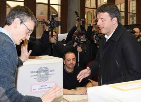 """رينزي يقترح تشكيل حكومة """"تحترم المؤسسات"""" لإنقاذ إيطاليا"""