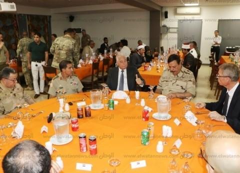 محافظ جنوب سيناء يتناول الإفطار مع القوات متعددة الجنسيات بشرم الشيخ