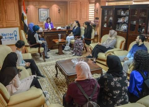 نبيلة مكرم تستقبل وفدا من طلاب مصريين في أمريكا