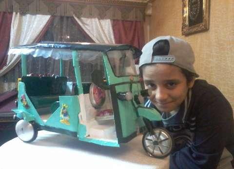 """""""أحمد"""" مبتكر صغير يحول """"الكانز"""" لتحف فنية: ماما بتحطها في النيش"""