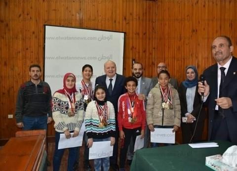 رئيس جامعة الزقازيق يكرم الفائزين بالمسابقة الرياضية لنادي العاملين
