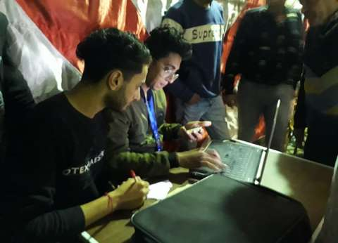 """رغم الامتحانات.. """"محمد ومحمود"""" في مساعدة الناخبين أكثر من 12 ساعة"""