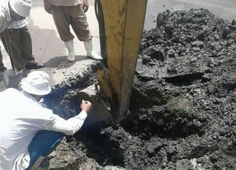 فرقة صيانة لإصلاح كسر ماسورة مياه بطريق الترعة الشرقاوية في دمياط