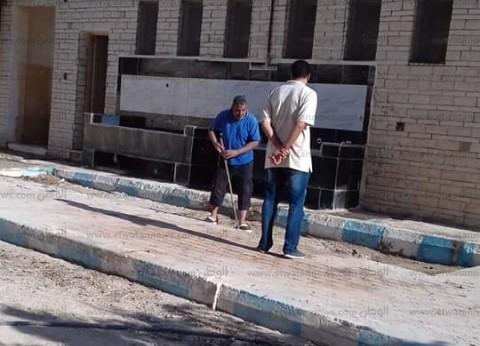 بالصور| مدير مدرسة بمطروح ينظف الفصول ودورات المياه قبل حضور الطلاب