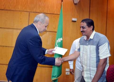 """""""عشماوي"""" يكريم رئيسا سرياقوس وبطا لاستجابتهما وتغطية بالوعات الصرف"""
