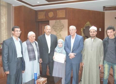 """محافظ المنيا يكرم """"تسنيم"""" لحصولها على المركز الرابع عالميا في """"القرآن"""""""