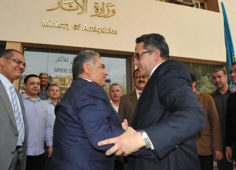 بالصور| وزير الآثار يصل مقر الوزارة بالزمالك.. والدماطي يستقبله