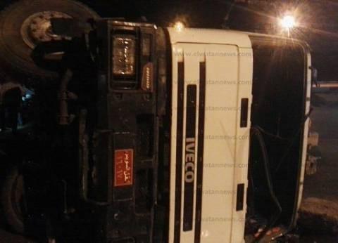 """انقلاب سيارة نقل محملة بـ""""الطوب"""" على الطريق الدائري.. ولا إصابات"""
