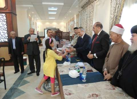 احتفالا بالعيد.. محافظ سوهاج يوزع الهدايا على الأطفال الأيتام