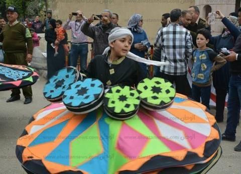 فرق التنورة بحملة معاك من أجل مصر تكسو شوارع المحلة لدعم السيسي