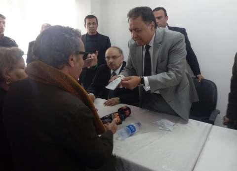 وزير الصحة يوزع كروت طبية للوافدين من سيناء للعلاج بالمجان