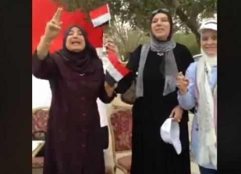 بالفيديو| بزغاريد وهتافات وأعلام..المصريون بالكويت يشاركون بالانتخابات