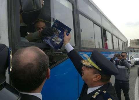 """في عيد الشرطة.. مديرية أمن القاهرة توزع شوكولاتة ومواطنون يهدون الضباط """"ورود"""""""