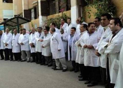 أطباء الامتياز بالإسكندرية يضربون للتظلم من زيادة رسوم الشهادة وإهانة العميد