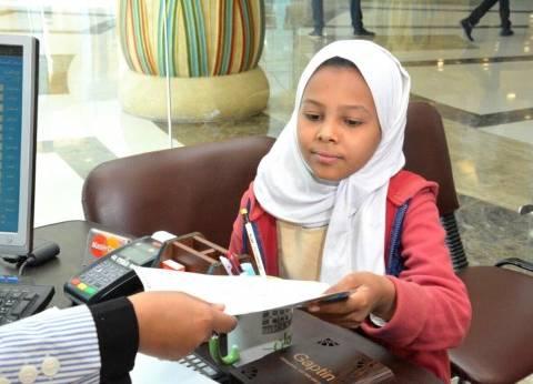 """طفلة تتبرع بمصروف أسبوع لمستشفى """"علاج الأورام"""" بالأقصر"""