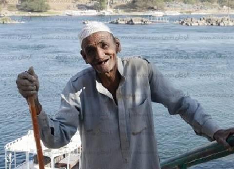 «عم محمد»: «بجمع الزبالة بقالى 50 سنة.. ولسه بشيلها»