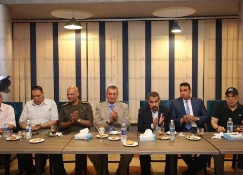صور| محافظ كفر الشيخ يتناول الإفطار مع فريق كرة القدم بنادي المحافظة