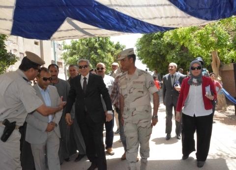 محافظ المنيا يتفقد لجان التصويت في أبوقرقاص