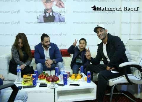 بالصور| محمد رمضان يستقبل حمزة نجل الشهيد أحمد المنسي في مسرح الهرم