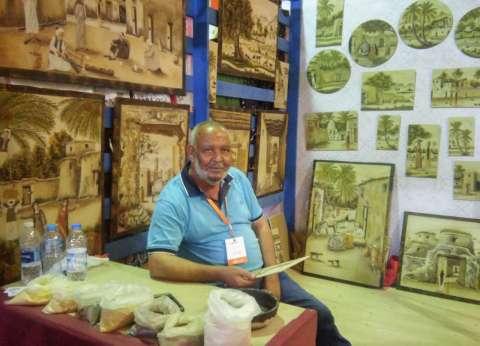 «درش» يواصل متعة «أبوه» فى تصميم أعمال فنية من رمال الصحراء.. و«وهبة» سافرت لوحاته عبر العالم