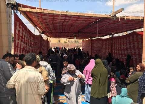 زحام الوافدين أمام مدرسة في أكتوبر.. ورئيس اللجنة: ننتظر كشوف الناخبين