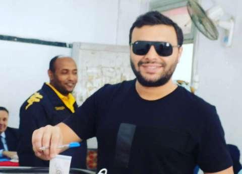 بالصور| رامي صبري يدلي بصوته في الانتخابات الرئاسية بالمعادي