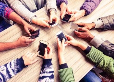 بعد جلسة إدمان مواقع  التواصل في المنتدى.. استشارية: الندوات هي الحل