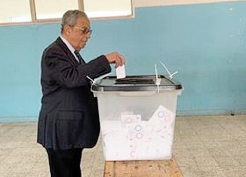 عمرو موسى وزوجته يدليان بصوتهما في الاستفتاء بمدرسة القطامية